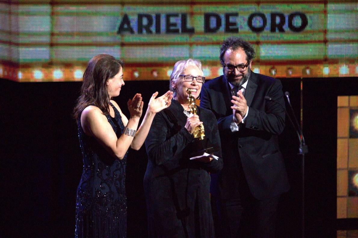 La cineasta Bertha Navarro, recibió esta noche el Ariel de Oro por su trayectoria, durante la ceremonia 57 de los Premios Ariel.