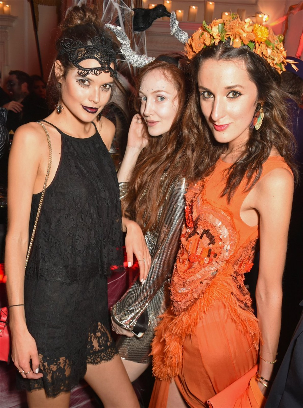 Sarah Ann Macklin, Olivia Grant y Rosanna Falconer, en la noche de Halloween en Londres.