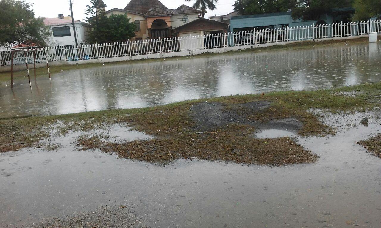 Así quedaron los patios de algunas escuelas tras las lluvias de esta mañana.