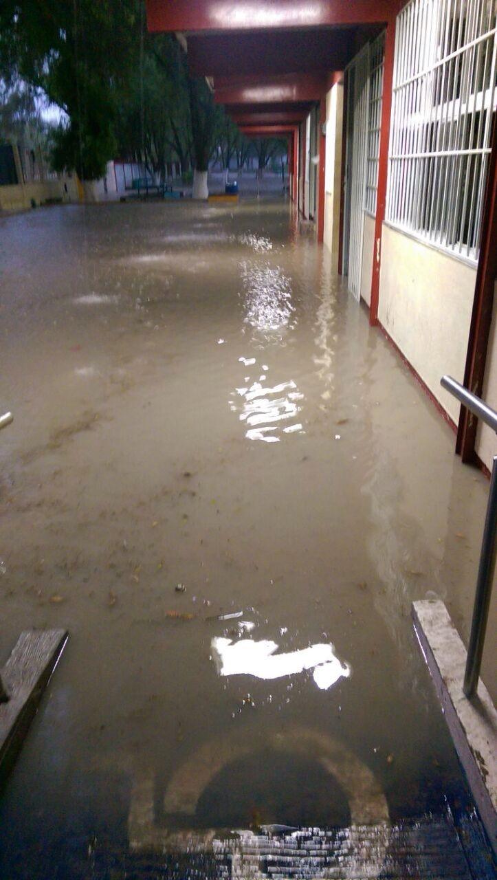 Suspenden clases en el Cetis 131 por inundación en el plantel.
