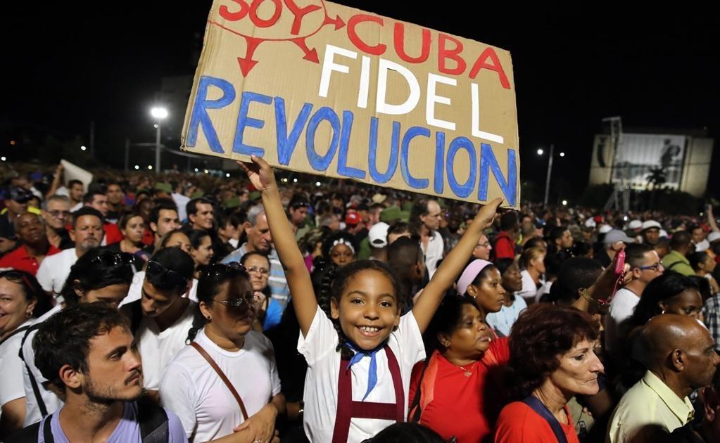 Con gritos de ¡Viva Fidel!, miles de personas se congregaron en la emblemática Plaza de la Revolución . Foto EFE