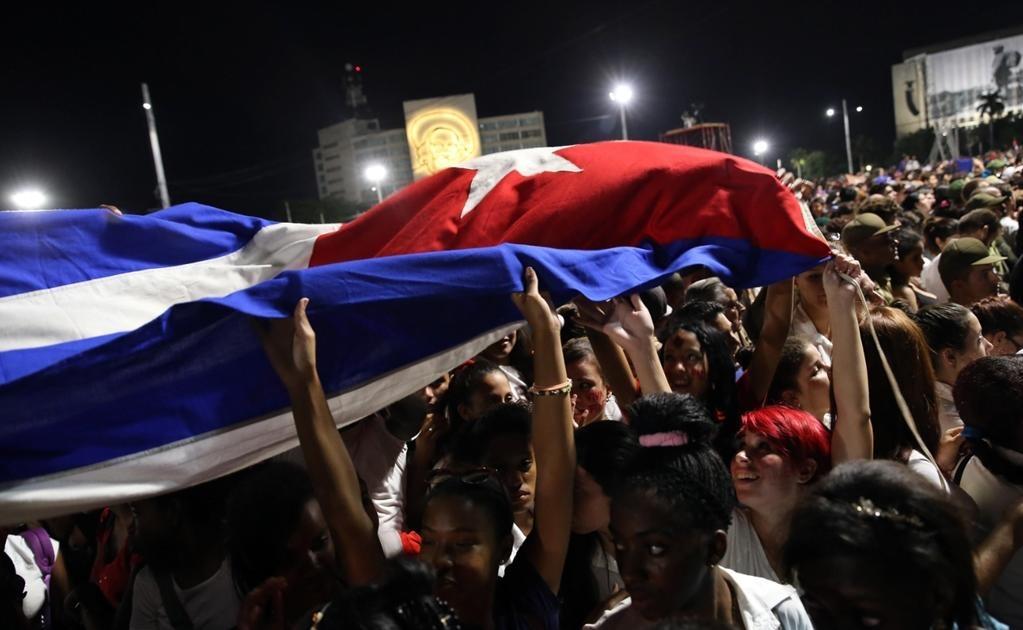 El acto multitudinario en la Plaza de la Revolución de La Habana para despedir al fallecido líder cubano Fidel Castro comenzó hoy con el himno nacional de Cuba a las 19.00 hora local (00.00 GMT), como estaba previsto y con el lugar abarrotado de gente. Fo