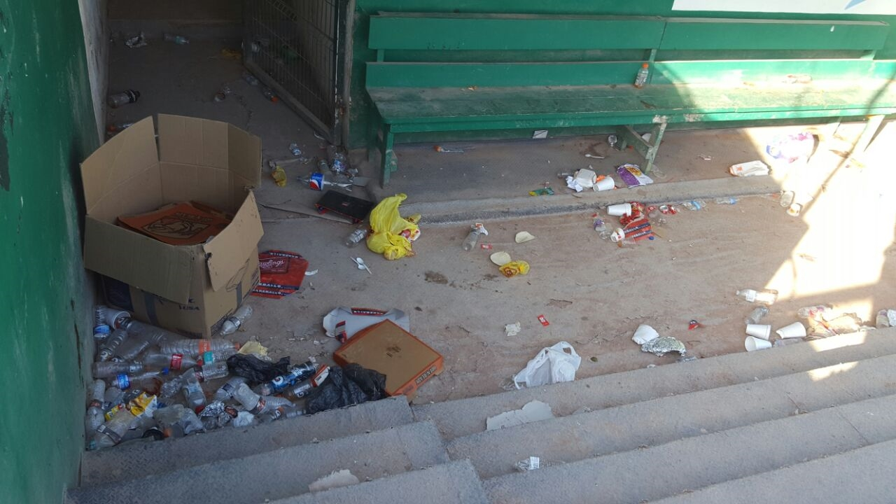 Desperdicios plásticos y basura en general se encuentran tirados por las gradas.