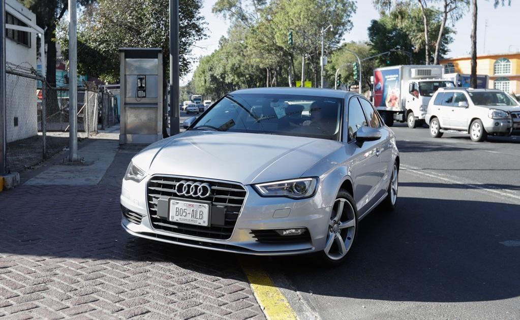 En el estacionamiento del Tribunal del Poder Judicial del la Federación desfilan grandes camionetas, autos Audi, Mercedes-Benz y BMW.
