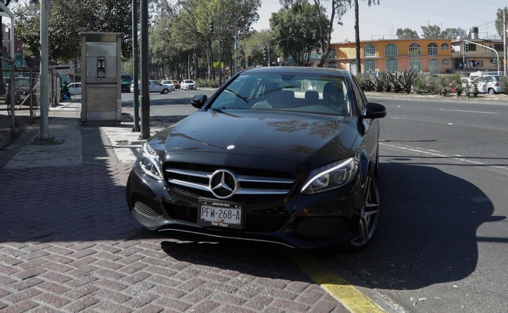 Los Mercedes-Benz son otros de los autos lujosos en los que llegan algunos funcionarios del tribunal.