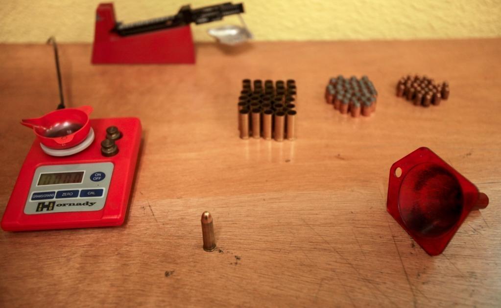 A una bala calibre 9 milímetros se le quita el casco, se saca la ojiva y se usa en un casquillo .357, para conseguir mayor poder en la prueba a ampliar el margen de seguridad en el producto terminado, explicó Luna Ramírez,