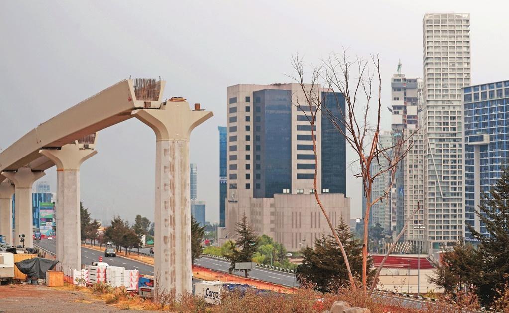 La estación de Zinacantepec es una de las más avanzadas, pues se trabaja en la colocación de rieles y postes de sujeción.