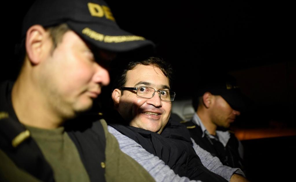 """Esa extraña sonrisa de Duarte, que el puñado de policías de la PGR y de la Policía Nacional de Guatemala, que lo detuvieron en el búngalo que ocupaba en el hotel de la rivera del lago Atitlán, en Panajachel, definen como una """"actitud de cinismo y soberbia"""