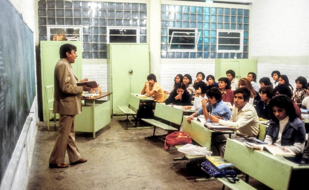 Una fotografía de 1979 en la que se aprecia un salón de clases de un escuela primaria que cuenta con distintos turnos: diurno, vespertino y nocturno. La imagen fue tomada durante la impartición de la clase de Español a nivel primaria para la categoría de