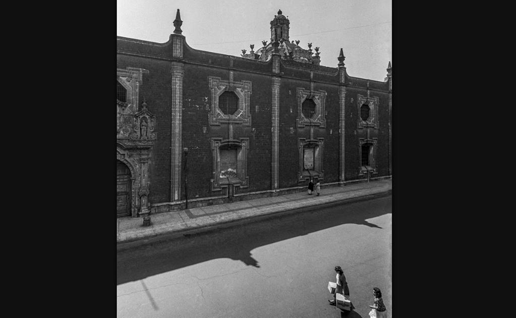 Una mujer y su hija son captadas en las inmediaciones del Colegio de las Vizcaínas en una fotografía de 1964. Este inmueble fue construido entre 1734 y 1753 por la Cofradía de los Vizcaínos de Nuestra Señora de Aránzazu. Este histórico inmueble también es