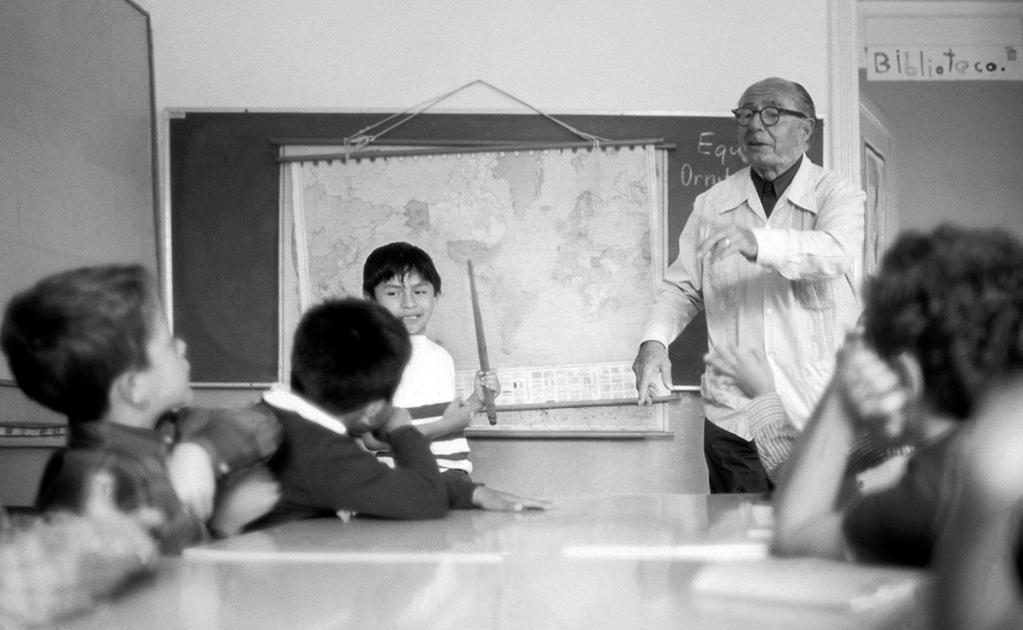 Una fotografía de 1975 en la que figura el maestro y sus alumnos en la escuela primaria Manuel Bartolomé Cossio, al sur de la ciudad, en Tlalpan. La toma fue realizada durante la clase de Geografía, por lo que se aprecia al fondo el típico mapamundi de an