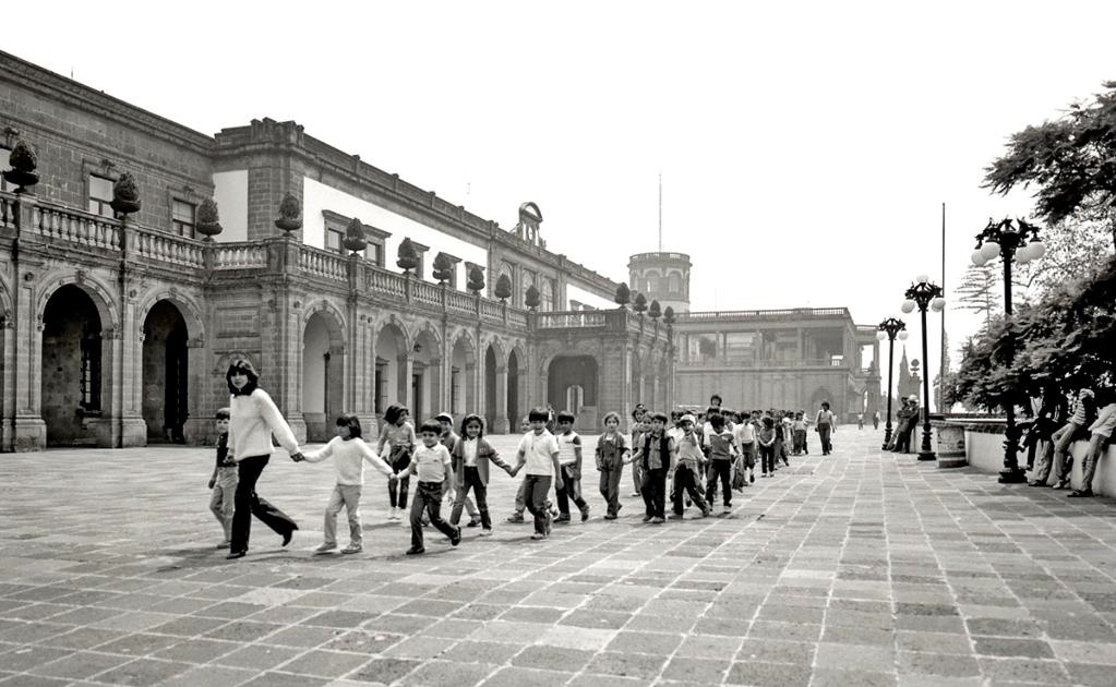 Entre los más gratos recuerdos escolares se encuentran las salidas y excursiones con todo el grupo. En este caso, la imagen es de una maestra con sus niños de primaria visitando el Castillo de Chapultepec en 1984. Este inmueble comenzó a construirse en 17