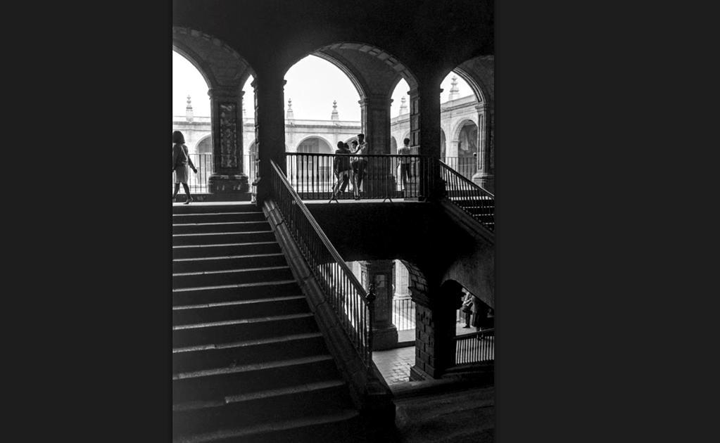 Los estudiantes se reúnen en uno de los pasillos del nivel superior del antiguo Colegio de San Ildefonso, entonces sede de la Escuela Nacional Preparatoria número 1, en una fotografía captada en 1964. Cuatro años más tarde, este plantel viviría trágicos m