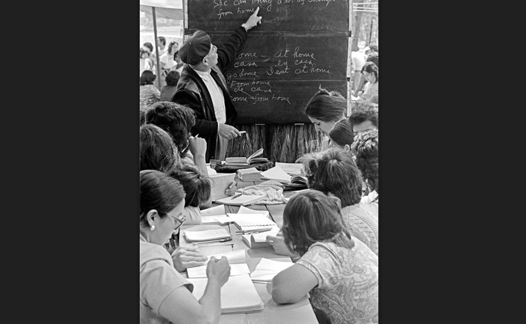 Un maestro de la tercera edad imparte clases de inglés a nivel medio con ayuda de un pizarrón instalado en las cercanías de la Casa del Lago, en Chapultepec, en el año de 1978. Cortesía: : Bob Schalkwijk