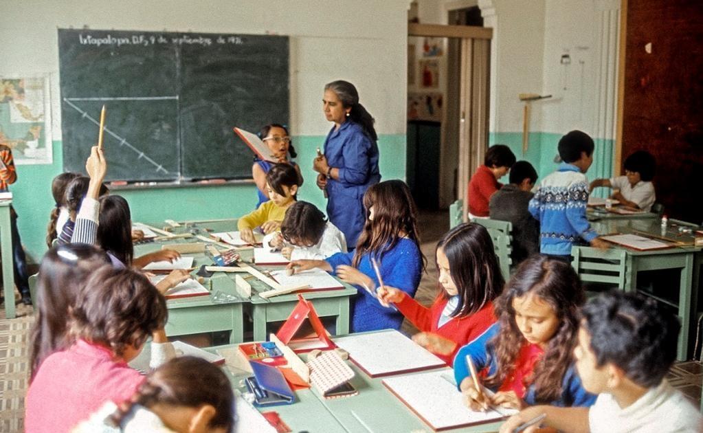 Las vistosas cajas de lápices de colores y los estuches de geometría hacen su aparición en la clase de dibujo a nivel primaria en una escuela ubicada en la delegación Iztapalapa en el año de 1975. Ayer, al igual que hoy, la maestra escribe el día y la fec