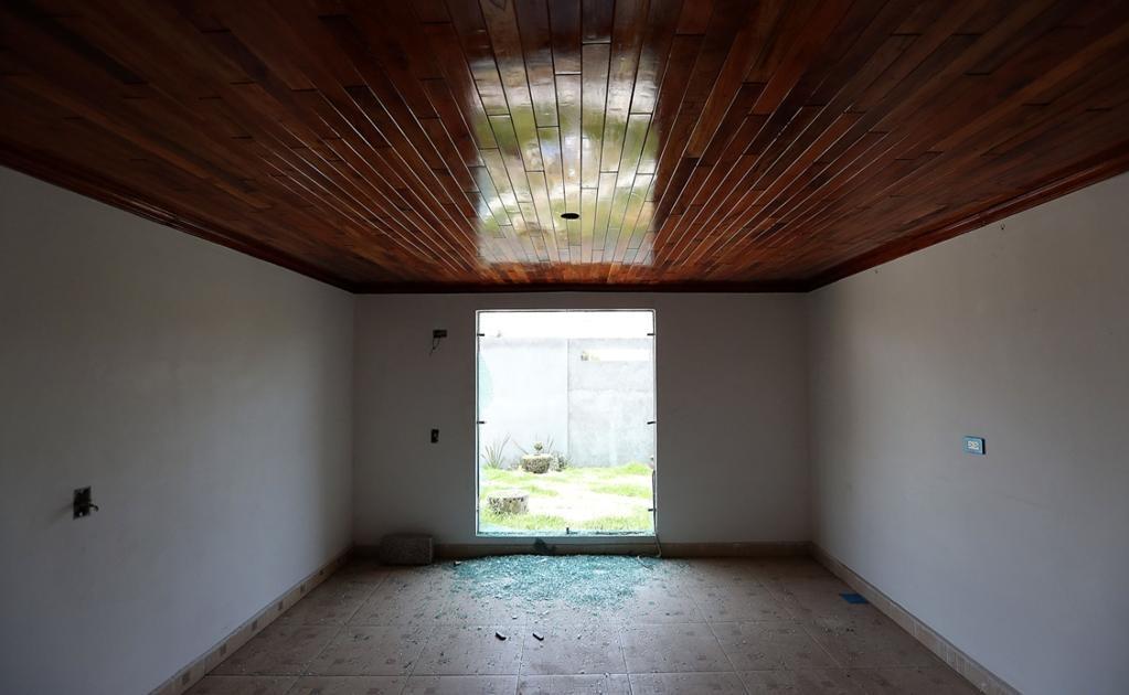 No hay muebles, en el piso quedaron vidrios rotos recuerdo de la ocasión en que los habitantes apedrearon la casa para exigir que se fuera del pueblo.