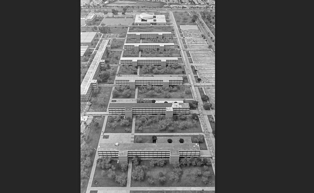 Vista aérea de las instalaciones de la Unidad Profesional Adolfo López Mateos del Instituto Politécnico Nacional en Zacatenco a finales de los años sesenta. Al fondo se alcanza a ver la colonia Lindavista y del lado izquierdo, el cine Futurama. Cortesía