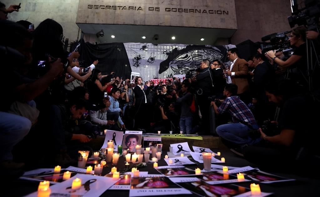 Periodistas, colectivos, organizaciones, comunicadores independientes y defensores de derechos humanos realizaron esta noche una concentración frente a la Secretaría de Gobernación (Segob) para exigir justicia por el homicidio de Javier Valdez. Foto: Vale