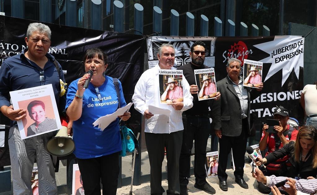 Por la tarde, Integrantes de la Casa de los Derechos de los Periodistas y del Sindicato de Trabajadores de La Jornada exigieron justicia frente a la PGR para los periodistas ejecutados en este año: Cecilio Pineda, director de La Voz de la Tierra Caliente