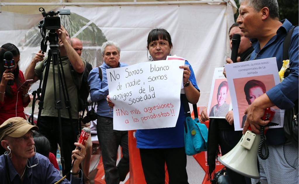 También condenaron la agresión contra un grupo de reporteros retenidos en Tierra Caliente, Guerrero, por alrededor de 100 sujetos armados, quienes los despojaron de sus pertenencias. Judith Calderón Gómez, presidenta de la Casa de los Derechos de Periodis
