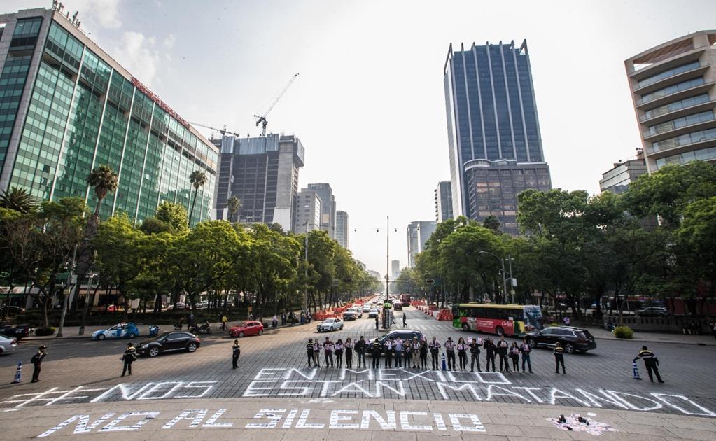 En la mañana al pie del Ángel de la Independencia, un grupo de alrededor de 30 periodistas alertó sobre la situación del gremio en el país con la frase: #NosEstánMatando. Foto: Germán Espinosa/EL UNIVERSAL