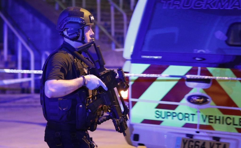 Servicios de emergencia y seguridad laboran en la zona de la Arena Manchester.