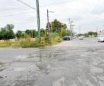 Reparan calle pero siguen aguas negras