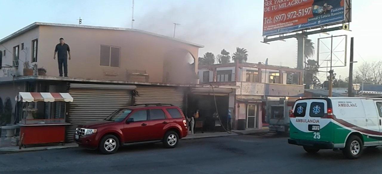 INCENDIO. En la planta alta de una residencia ubicada sobre el Bulevar Miguel Alemán, se registró un incendio que causó el asombro de la población y la preocupación de los vecinos del sector. (Foto: Heriberto Rodríguez)