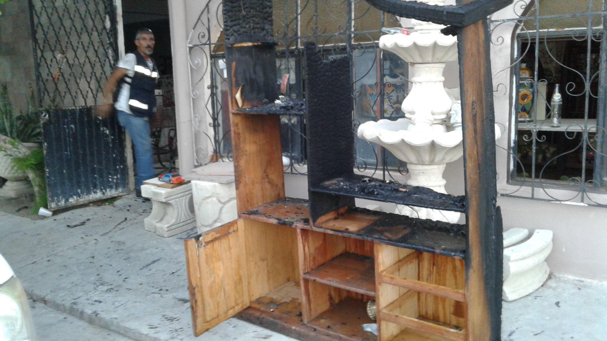 MUEBLE. Este centro de entretenimiento para televisión y demás aparatos, fue uno de los muebles de madera que se quemaron durante el incendio registrado la tarde-noche de este jueves. (Foto: Heriberto Rodríguez)