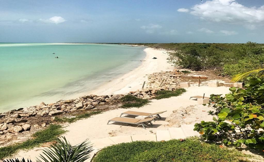 Holbox es una pequeña isla al norte de la península de Yucatán que se mantiene como un santuario por su belleza natural y tranquilas costas. Actualmente, ocho familias descendientes de piratas que hace siglos surcaron el mar Caribe en busca de tesoros viv