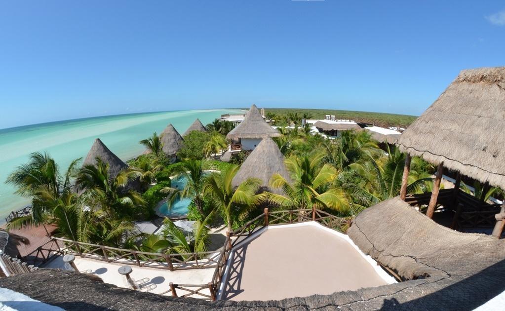 Al norte de la isla, siguiendo los caminos de arena, se encuentra un pequeño hotel eco-luxury rodeado por las cristalinas aguas del mar Caribe que se mezclan con las del golfo de México exponiendo al horizonte un fulgor turquesa.Cortesía del Hotel Las N