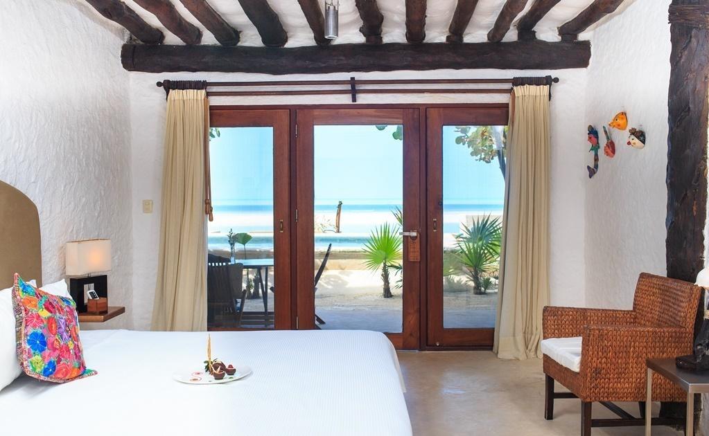 El hotel Las Nubes de Holbox cuenta con 28 habitaciones entre bungalows y suites, la decoración sencilla de sus habitaciones, en la que destacan materiales naturales de la región, deja protagonismo a las hermosas vistas del mar y los manglares. Las habi