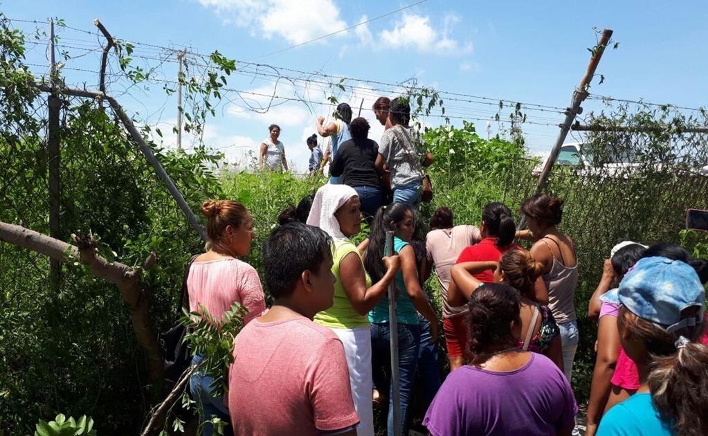 Un grupo de familiares buscaban como entrar al Cereso. Foto: EFE