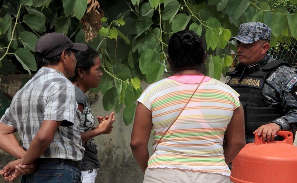 La tensión se mantiene al exterior del lugar, debido a que familiares se encuentran en espera de información. Foto: EFE