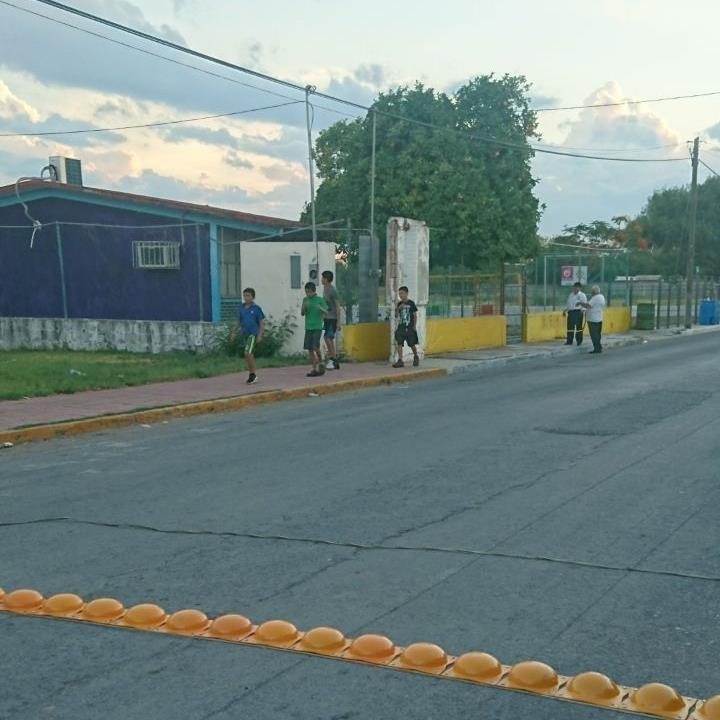CERCA DEL KINDER. También muy cerca del jardín de niños del poblado Los Angeles, se colocaron boyas amarillas para poder contener la velocidad de los conductores y evitar posibles accidentes.(foto: Heriberto Rodríguez)