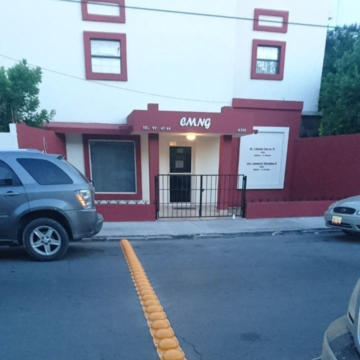 EN LA OCTAVA. Sobre la avenida Venustiano Carranza y a la altura de la calle Octava, justo antes de llegar a un plantel universitario, fueron instaladas boyas para disminuir la velocidad de los automovilistas.(foto: Heriberto Rodríguez)