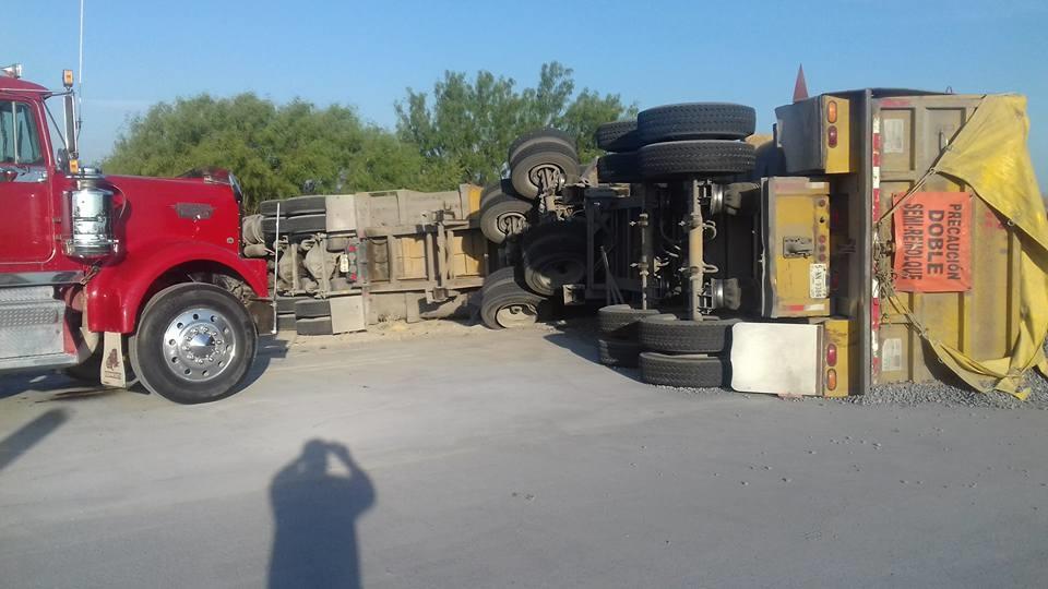 """DOBLE. El tracto-camión de la empresa """"Matrimar"""" transportaba un doble remolque con materiales triturados que se utilizan para la construcción."""