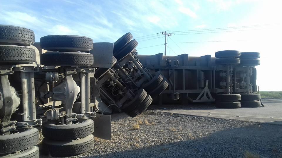 SEMIVOLCADO. El tracto-camión doble remolque quedó atravesado y semi-volcado sobre la carretera Ribereña.