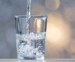 Beber agua durante las comidas, ¿engorda?
