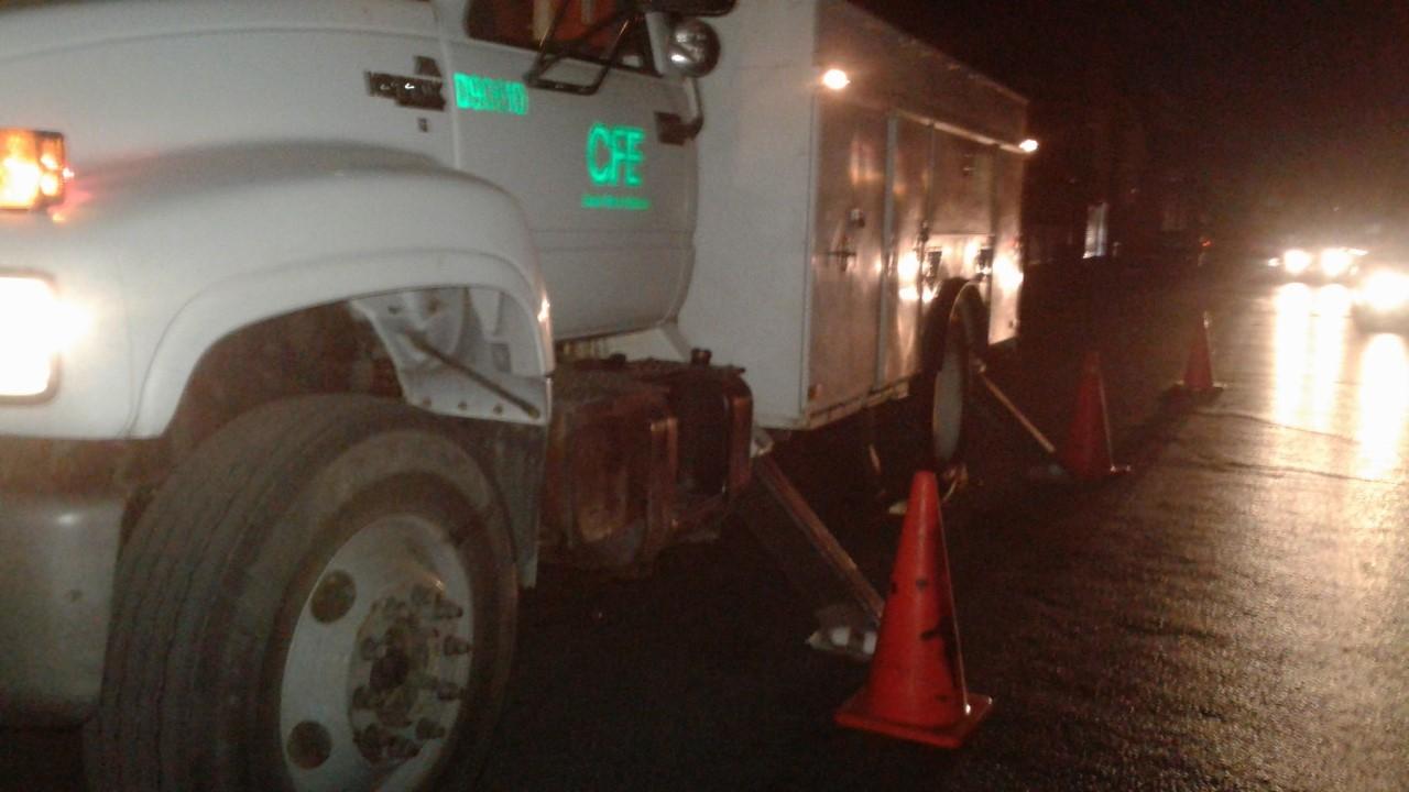 CAMIONES. Para poder realizar los trabajos de reparación del servicio, se tuvieron que emplear varios camiones con canastillas de la CFE.(foto: Heriberto Rodríguez)