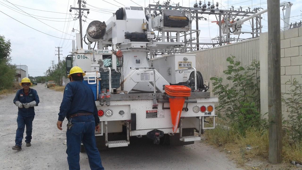 CONTINUABAN. Durante este jueves, el personal de la CFE todavía realizaba trabajos de reparación en la subestación eléctrica.(foto: Heriberto Rodríguez)