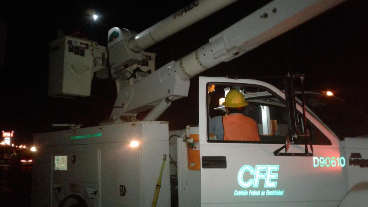 PERSONAL. Trabajadores de la paraestatal se vieron muy activos la noche del miércoles, debido al repentino apagón ocasionado por una línea de alta tensión que se reventó.(foto: Heriberto Rodríguez)