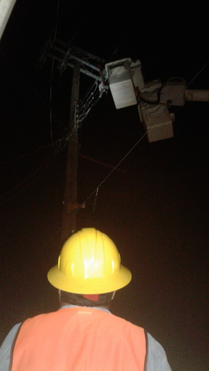 REPARAN. Cuadrillas de la CFE coordinaron sus esfuerzos para poder restablecer el servicio eléctrico en amplios sectores de la localidad.(foto: Heriberto Rodríguez)