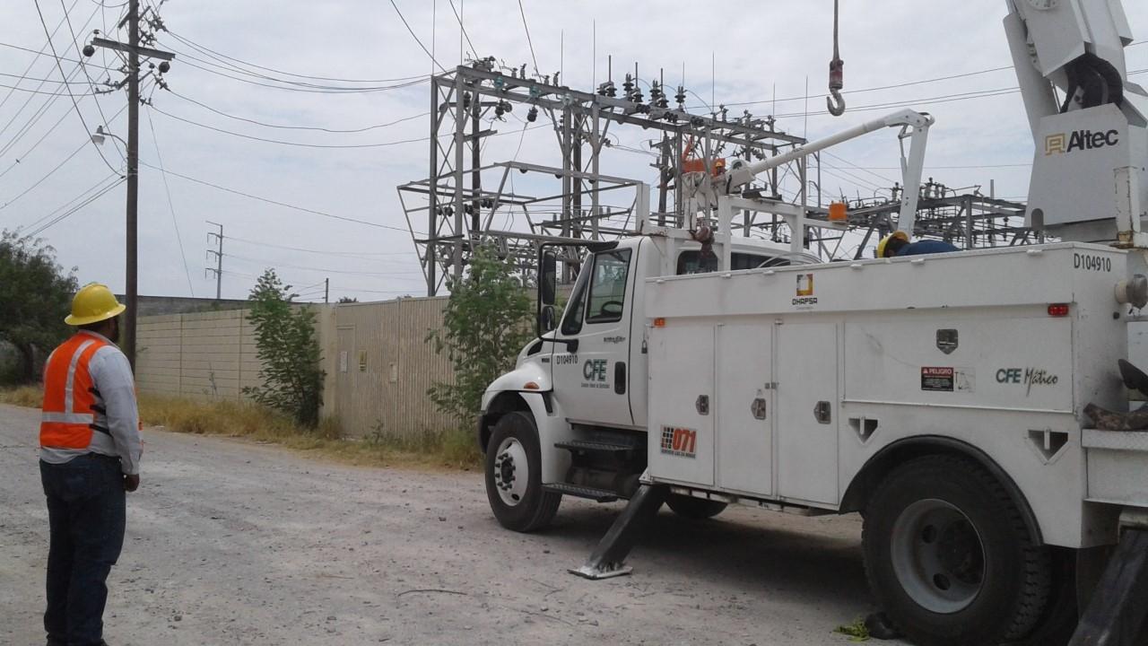 SUPERVISABA. Uno de los ingenieros de la CFE supervisaba los trabajos de reparación y mantenimiento en la subestación eléctrica.(foto: Heriberto Rodríguez)