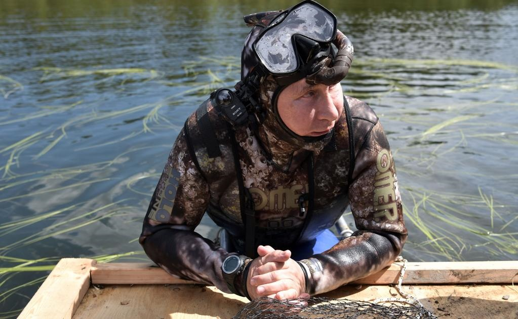El punto culminante de la excursión fue la pesca submarina en las aguas de Siberia meridional al estilo de los documentales sobre naturaleza salvaje. Persiguió a un lucio durante dos horas, dijo un portavoz del Kremlin.