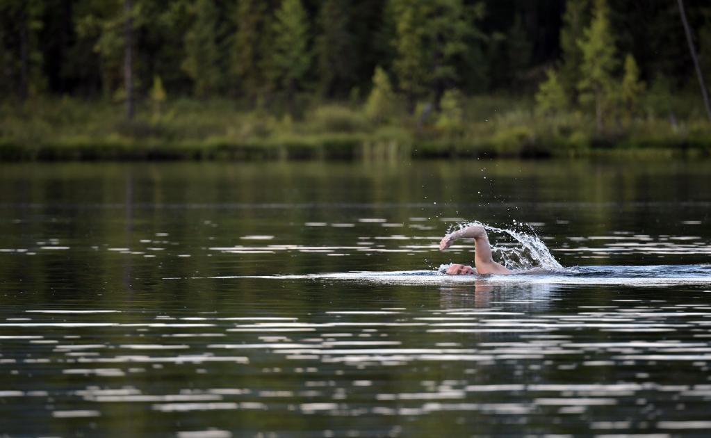 Putin también se dio un refrescante baño en un lago de la zona, que no superaba los 17 grados donde. Pese a ser verano, las temperaturas durante la noche descienden hasta los 5 grados sobre cero.