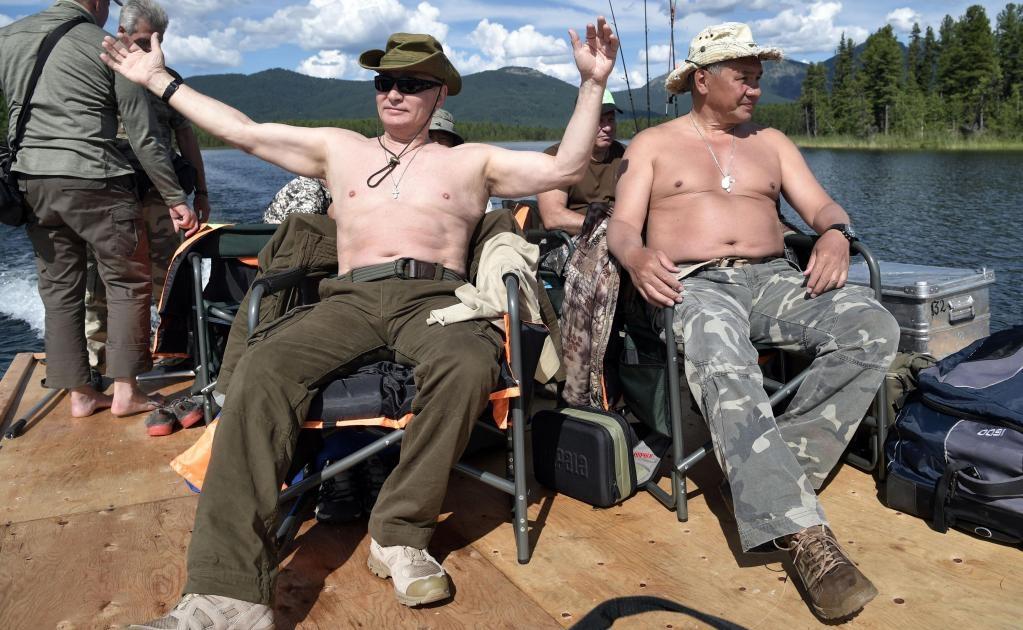 En imágenes difundidas hoy por el Kremlin y la prensa rusa, el presidente se muestra con el torso desnudo, que ya se ha convertido en una tradición para el jefe del Kremlin, que intenta así vender una imagen de hombre de acción y en perfecto estado de sal