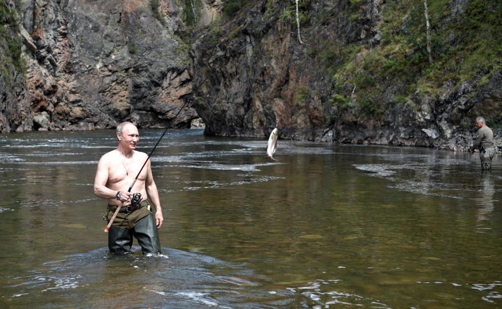 En otra escena, esta vez con el agua hasta las rodillas, Putin intenta coger con las manos a un escurridizo pez que ha caído en el anzuelo.
