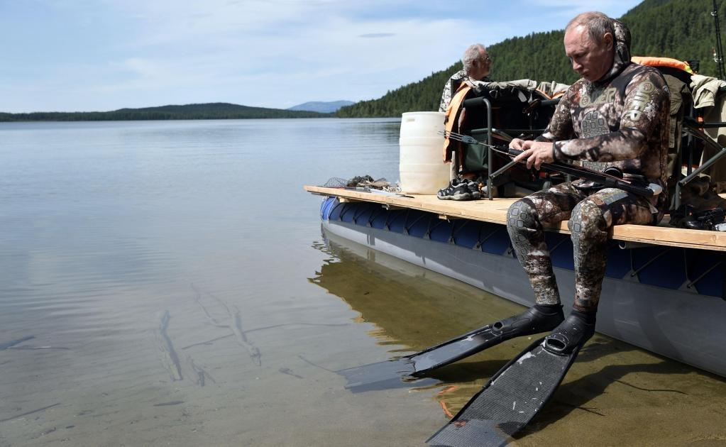 Putin, que iba ataviado con traje de buzo y aletas, estuvo acompañado en todo momento por una cámara submarina, que grabó cómo supuestamente dio caza sin ayuda alguna a un lucio con un disparo certero de su arpón.