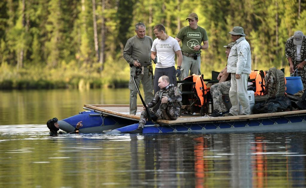 El presidente ruso visitó partes de la taiga de difícil acceso, pescó en una cascada cerca de un lago de montaña, se entregó a la pesca submarina, tomó el sol, nado en el río, hizo rafting, pilotó lanchas, hizo senderismo y quad en las montañas, enumeró